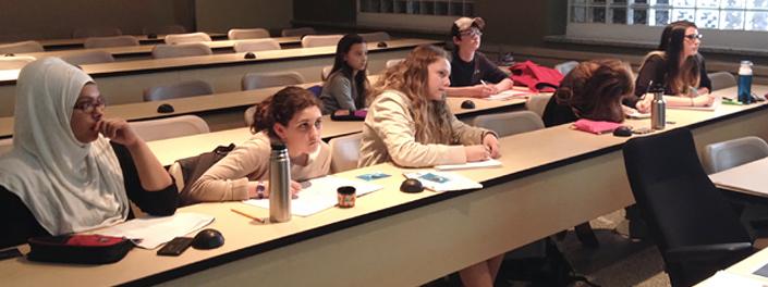 Des élèves écoutent attentivement.