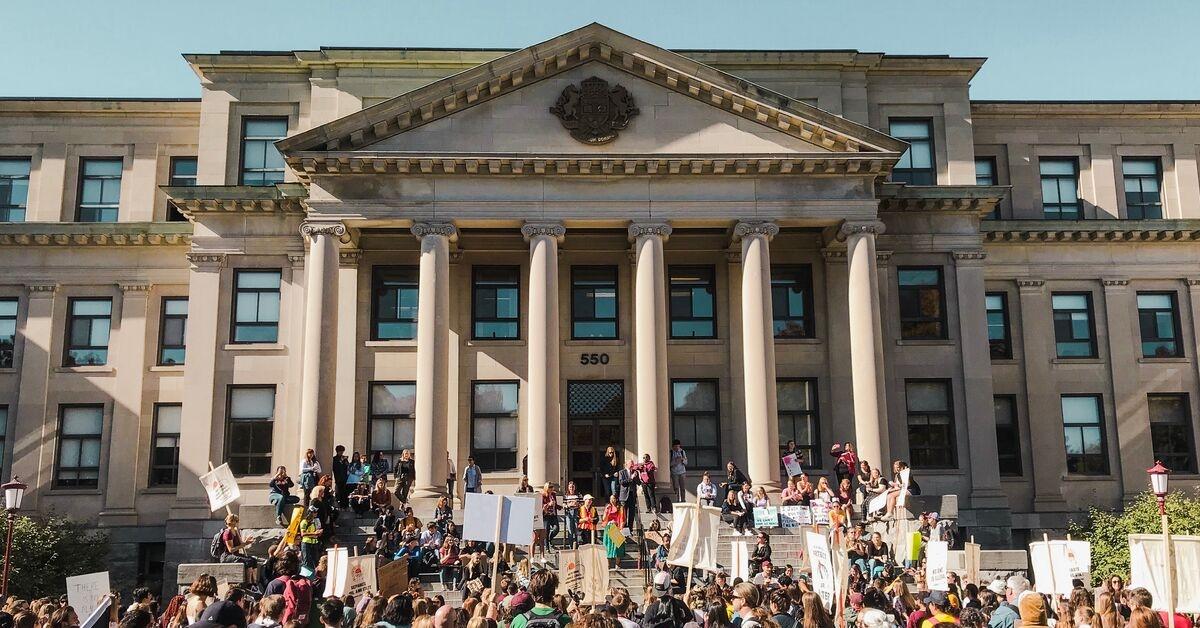 Une foule d'étudiants et de membres de la communauté se rassemblent sur la pelouse du pavillon Tabaret en prévision de la marche Action climat.