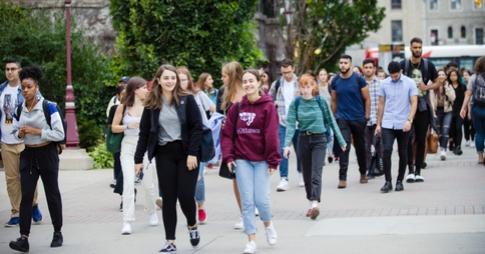 Un groupe d'étudiants marche sur le campus.