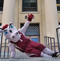 La mascotte Gee-Gee devant le pavillon Tabaret.