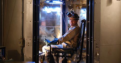 Un homme assis dans le seul calorimètre au monde
