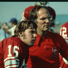 Gee-Gees 1975 head coach Don Gilbert on the field with a few members of the team. Photo : uOttawa Archives.