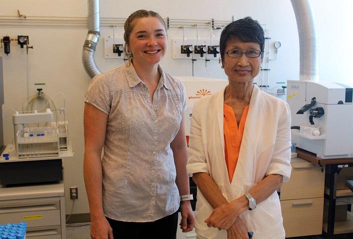 Lilianne Pagé et Keiko Hattori dans un laboratoire à l'Université d'Ottawa.