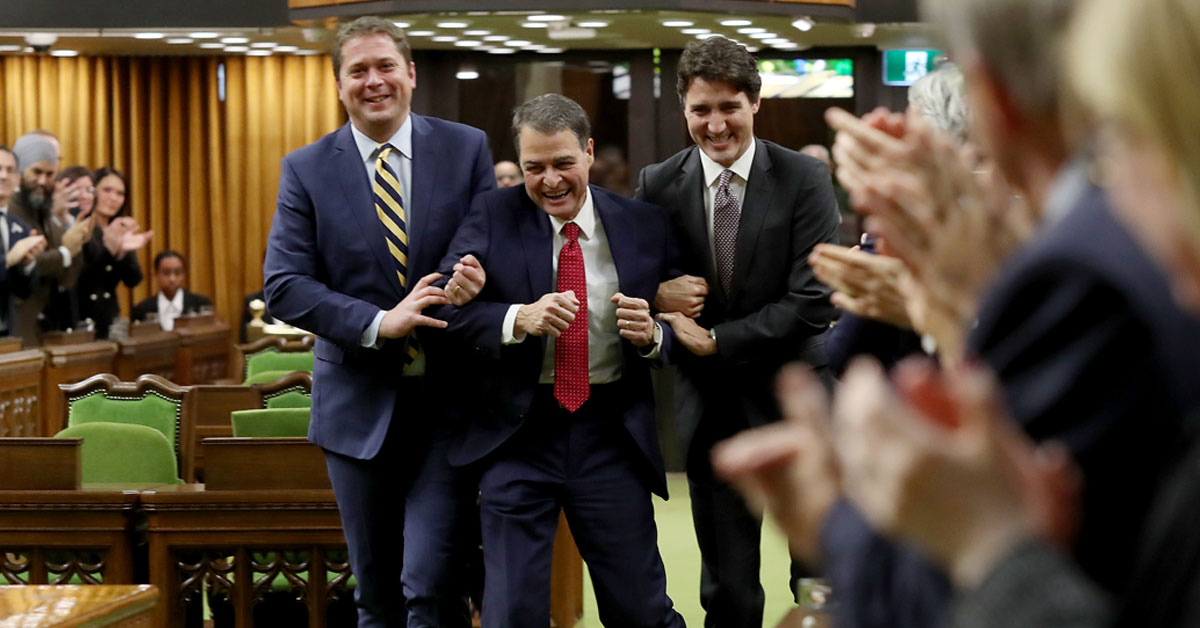 Justin Trudeau et Andrew Scheer traînent le président de la Chambre, Anthony Rota, vers son siège en riant.