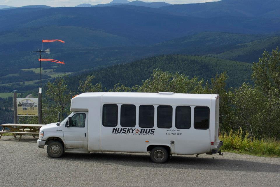 Un autobus de Husky Bus dans une région montagneuse.