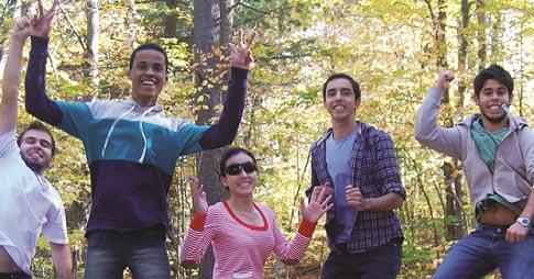 Étudiants internationaux en sortie culturelle dans le parc de la Gatineau.