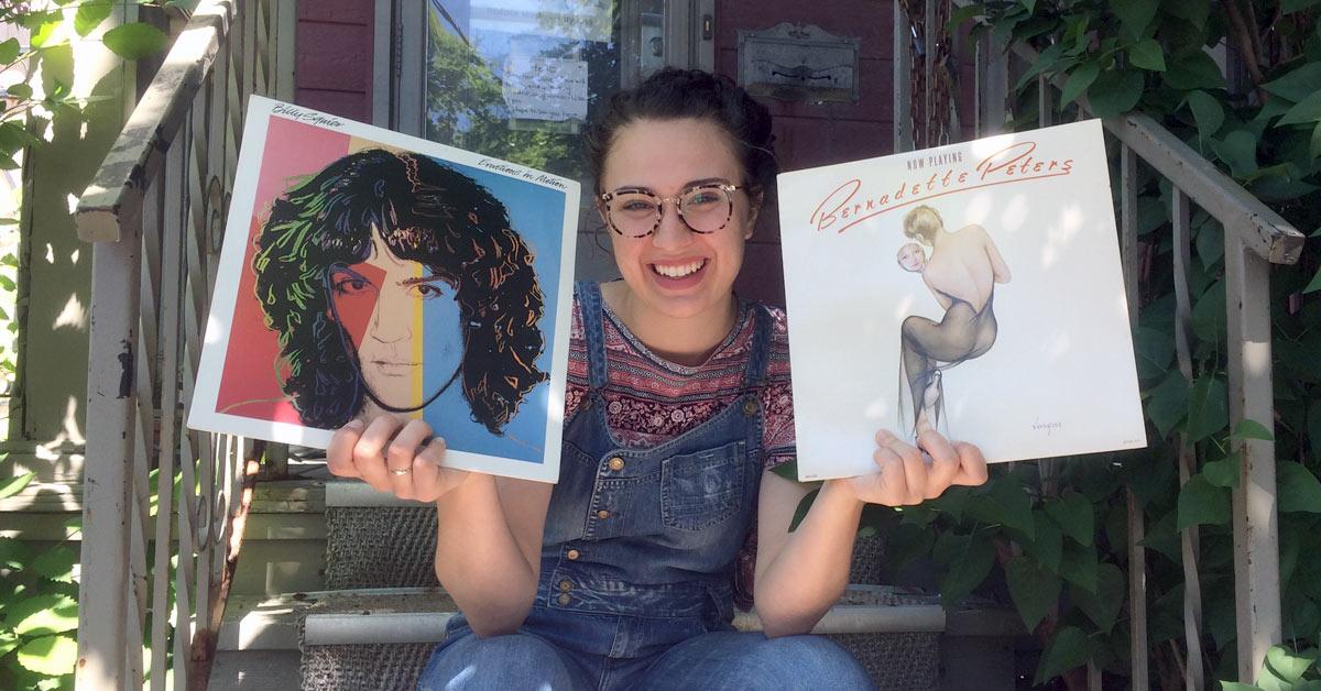 Lila Ibrahim est satisfaite des deux disques vinyle qu'elle a trouvés à la Gratuiterie.