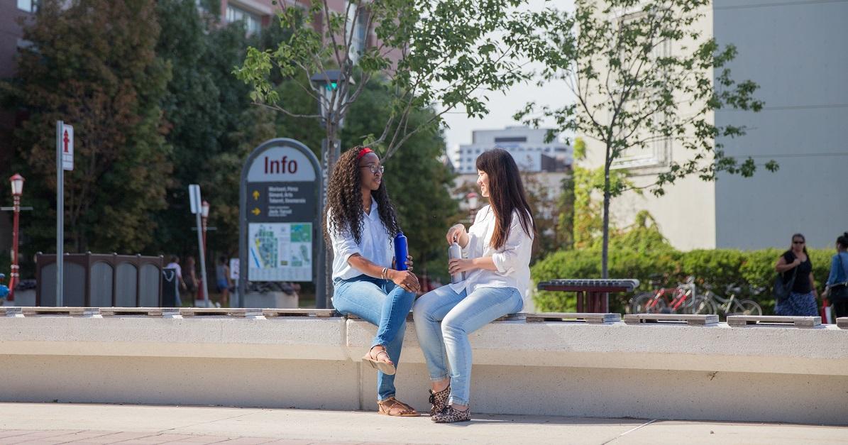 Deux femme assise sur un mur