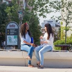 Deux femmes assise sur un mur