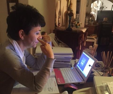 Une bénévole de Unitre dell'Alto Orvietano discute avec un étudiant au moyen de Skype