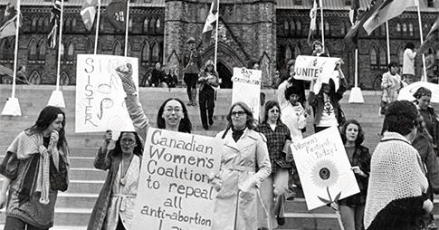 Photo d'archive en noir et blanc de femmes manifestant sur la Colline du Parlement