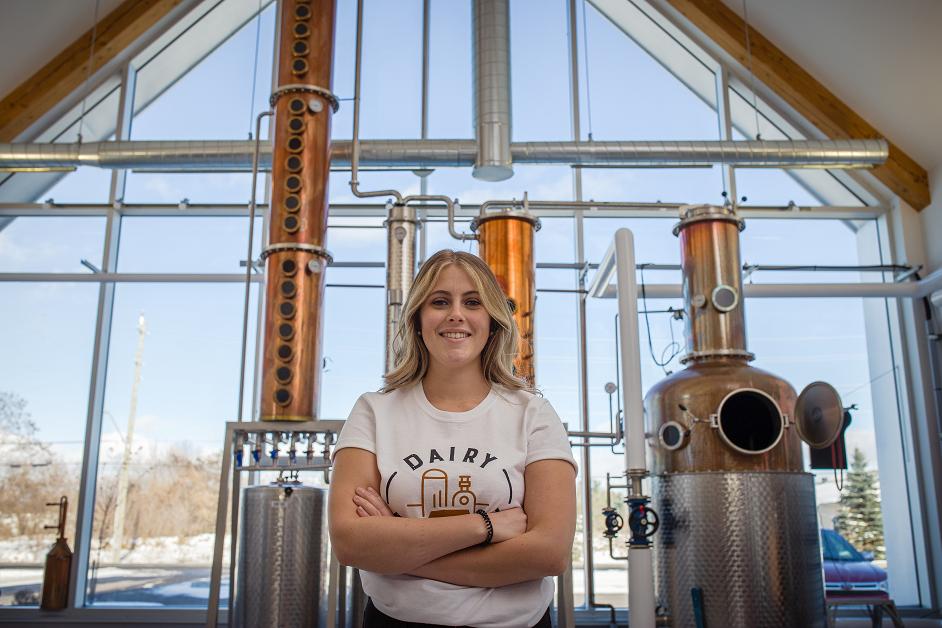 Jessica Gaudet debout à l'intérieur de la distillerie.