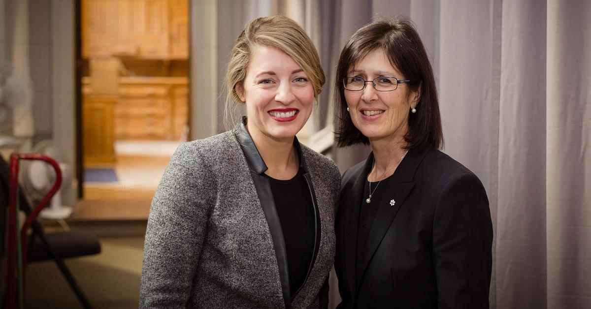 La ministre Mélanie Joly et la professeure Linda Cardinal posent côte à côte.