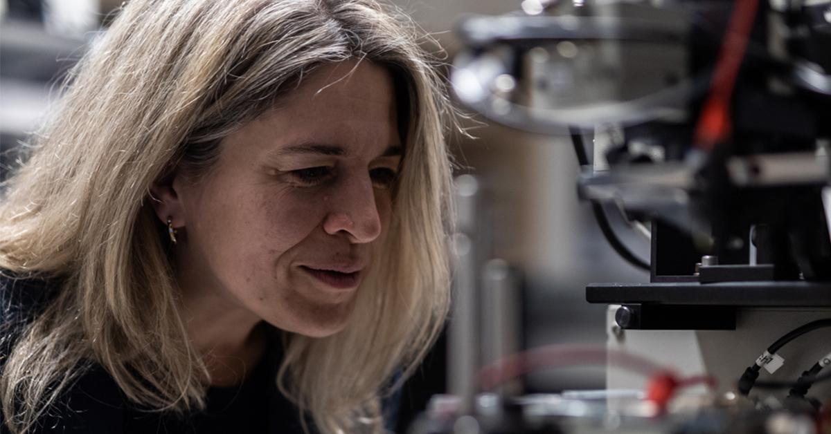 Foto de Karen Heinzer en su laboratorio de fotónica
