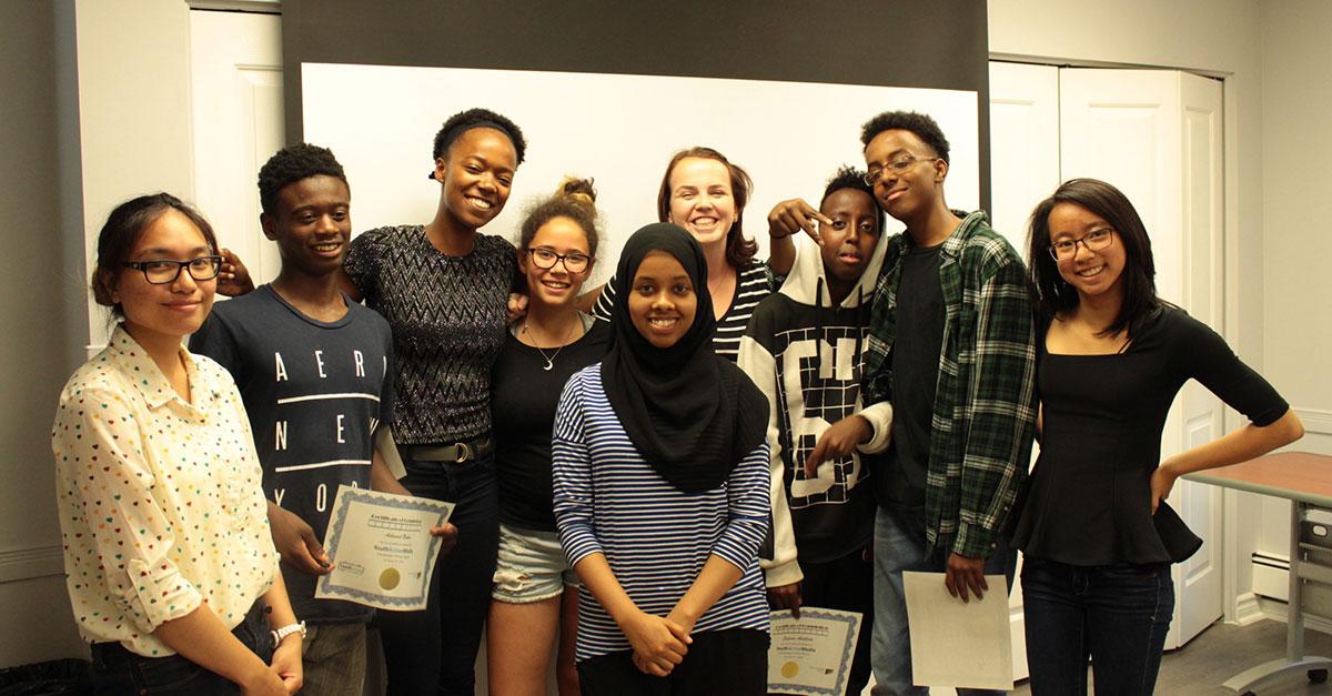 Un groupe d'étudiants, dont certains tiennent un certificat à la main