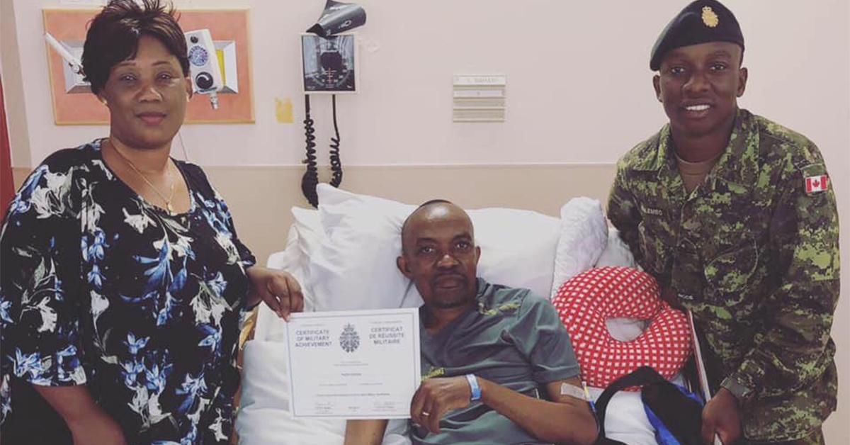 Landry présentant son certificat de qualification militaire de base à son père qui n'a pas pu assister à sa remise de diplôme pour cause de maladie (août 2019).