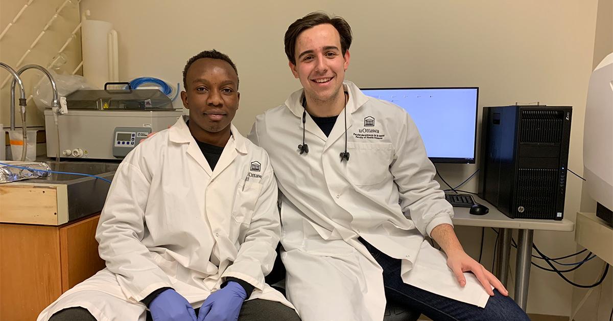 Landry Kalembo (à gauche) et son collègue de recherche Dejan Bojic (à droite) en train d'analyser des données dans un laboratoire au pavillon Roger Guindon.