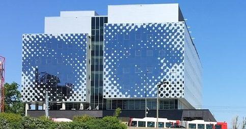 Paire d'yeux illustrés sur la façade d'un immeuble de verre.