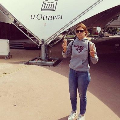 Katherine Levac se tient devant la tente à la Place de l'Université.