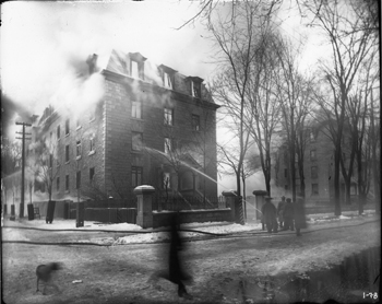 Black and white photo of the uOttawa building during the 1903 fire.