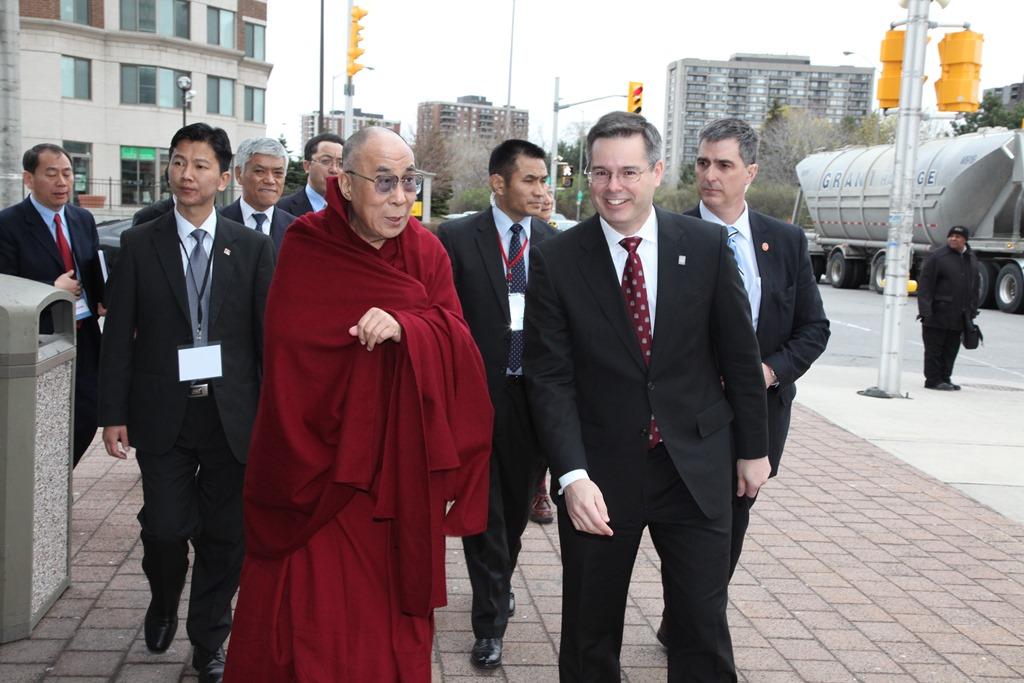 Louis de Melo en compagnie du dalaï-lama.