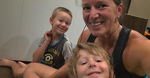 Melanie Bellefeuille dans un égoportrait avec ses deux garçons après une séance d'entraînement