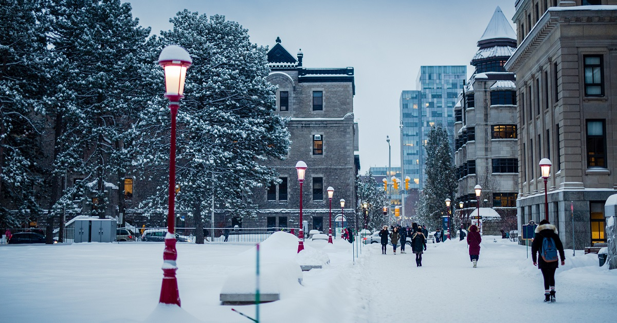 Une scène hivernale devant le pavillon Tabaret.