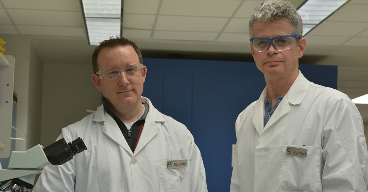 Les chercheurs Jason Acker, à gauche, et Robert Ben, à droite, dans un laboratoire
