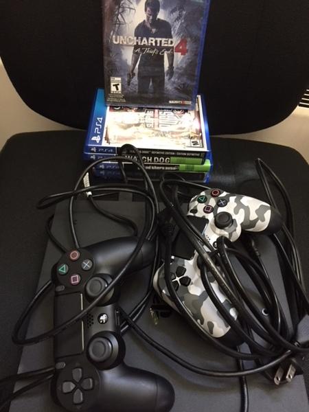 Contrôleurs PlayStation, jeux et fils.