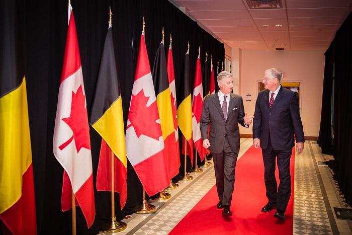 Le Roi des Belges marche sur le tapis rouge avec le recteur Jacques Frémont