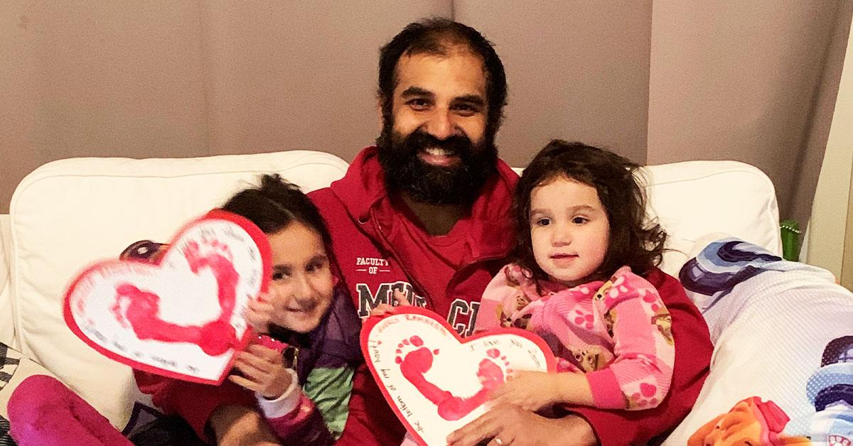 Le professeur Christopher Ramnanan avec ses deux jeunes filles