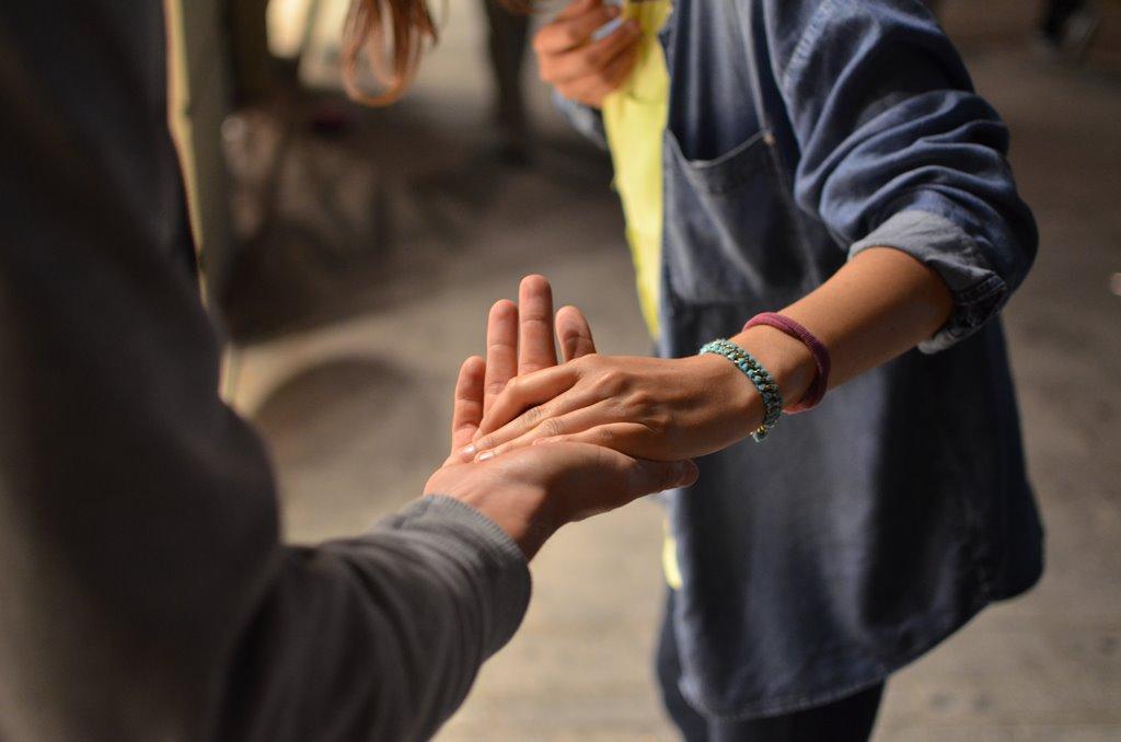 Deux personnes se tiennent par la main.