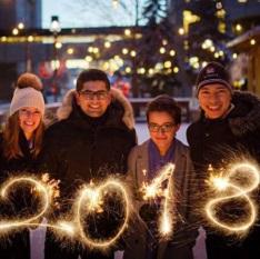 Quatre étudiants de l'Université d'Ottawa tiennent chacun un feu de bengale formant  le nombre 2018.