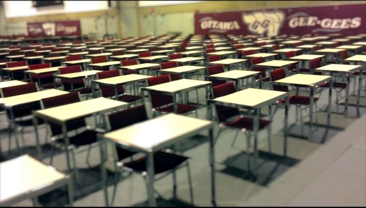 Salle d'examen aménagée dans un gymnase de l'Université d'Ottawa.