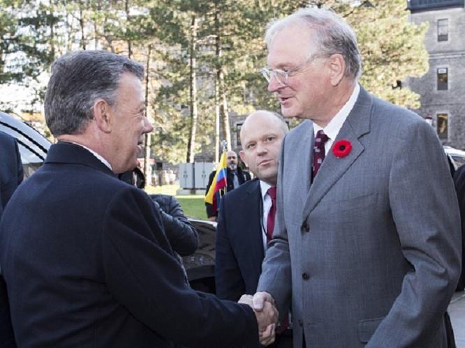 Juan Manuel Santos and Jacques Frémont shake hands outside Tabaret Hall.