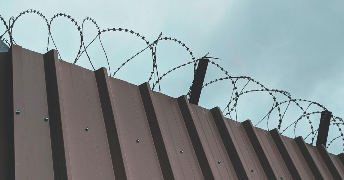 Mur en fil de fer barbelé