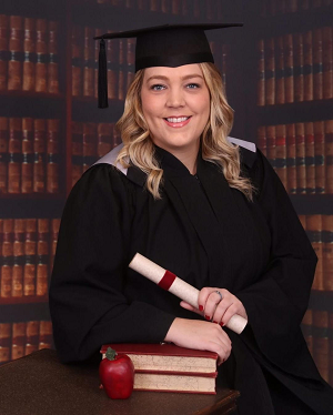 Sophie Levac portant une casquette et une robe de graduation