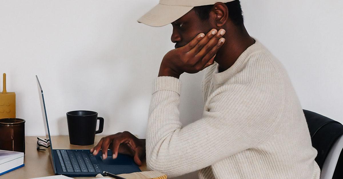 Un étudiant devant son ordinateur portable.