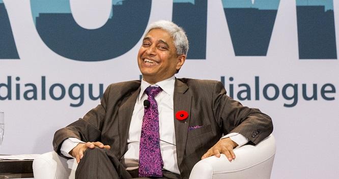 Vikas Swarup, souriant, assis dans un fauteuil sur une scène