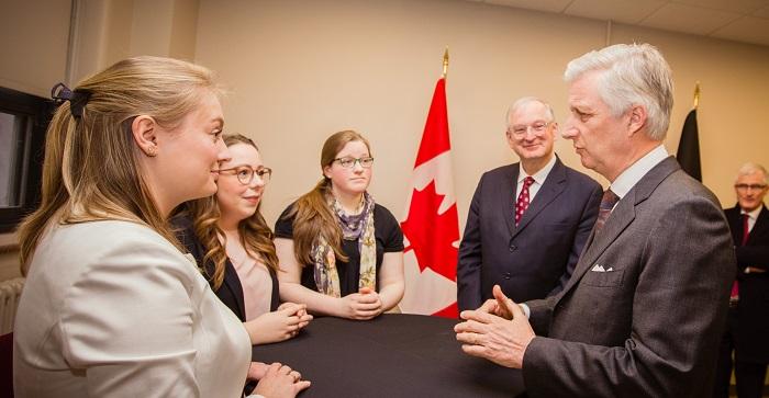 Le Roi des Belges et le discute avec des étudiantes et des étudiants en présence du recteur Jacques Frémont