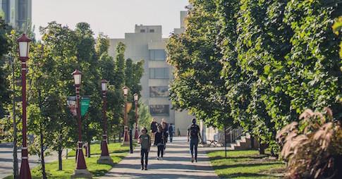 Des étudiants se promènent sur le campus de l'Université d'Ottawa
