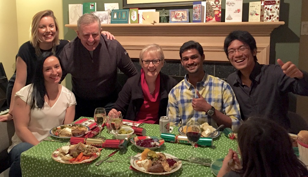 Gabrielle Fontaine, Marielle Fontaine, Robert Fontaine, Anne-Marie Fontaine, Viyash Murugesan and Shunichiro Nakao around a dinner table.