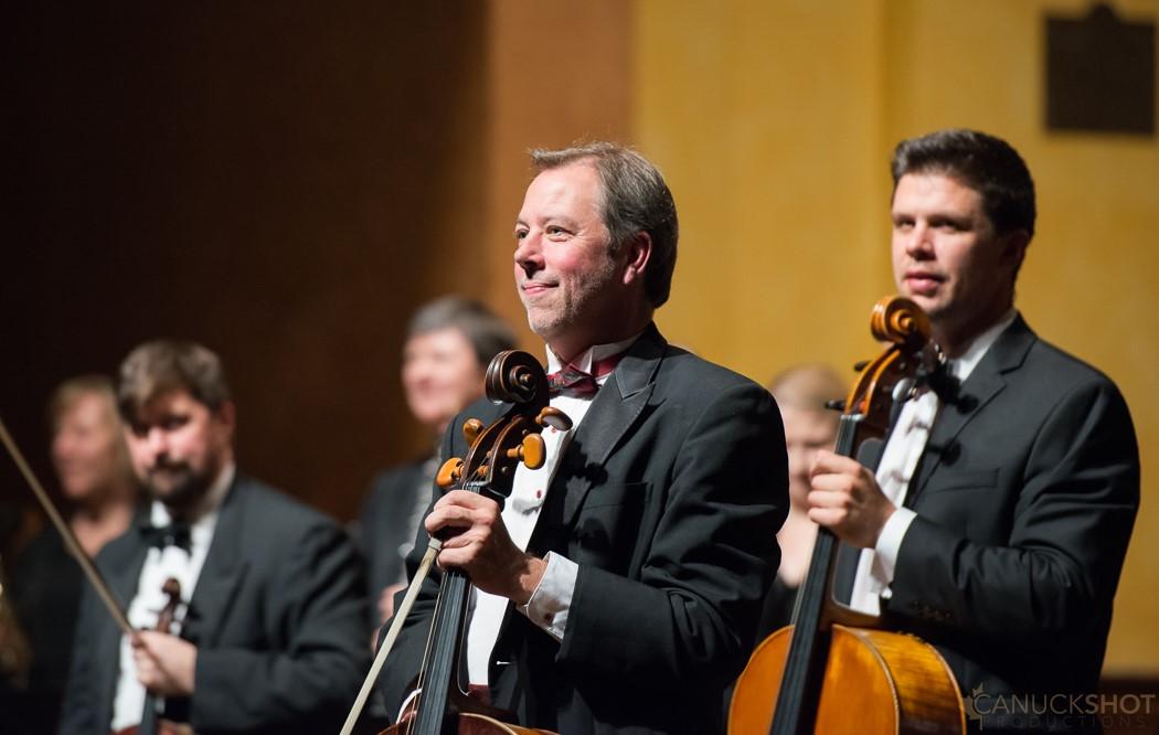 :  Plusieurs membres de l'orchestre de musique de chambre Thirteen Strings avec leurs instruments.