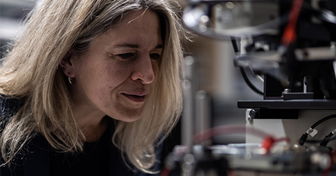 Portrait de Karin Hinzer dans son laboratoire de photonique