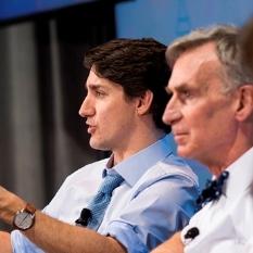 Le premier Ministre Justin Trudeau sur scène en compagnie de Bill Nye et de deux doctorantes lors d'une discussion tenue à l'Université d'Ottawa.