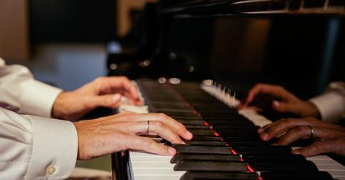 gros plan des mains au piano