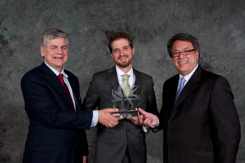 Jesse Cooke reçoit le Prix du jeune entrepreneur en tourisme, en compagnie du député yukonnais Larry Bagnall et de Daniel Watson, directeur général de Parcs Canada.