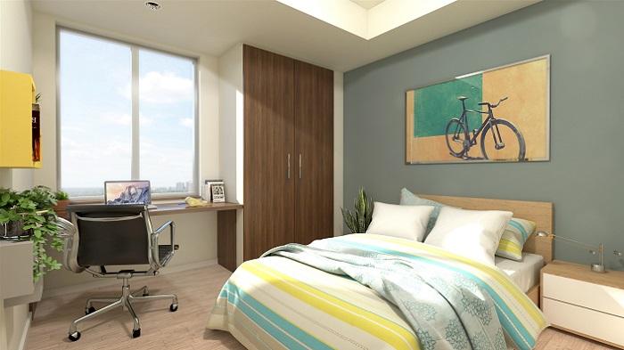 Une chambre à coucher ensoleillée, avec un lit double, une grande fenêtre et une peinture de bicyclette au-dessus du lit.