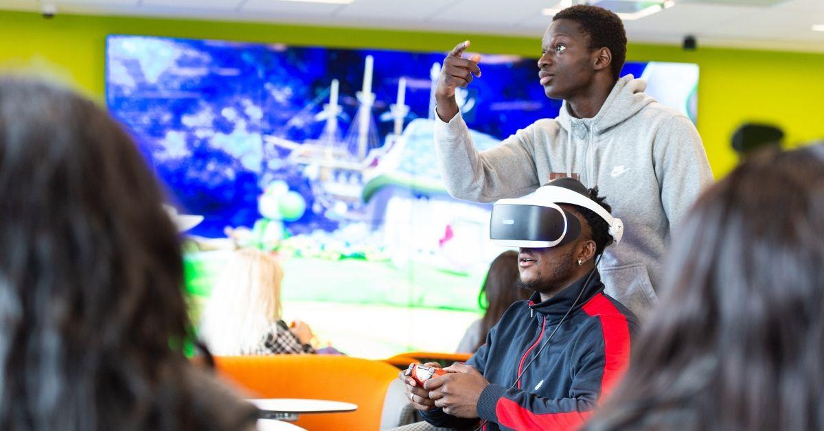 Des étudiants portent des lunettes de réalité virtuelle pour jouer à des jeux vidéo.