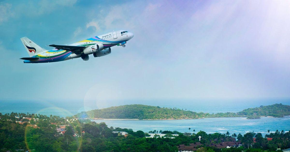 Un avion au départ d'une île tropicale.